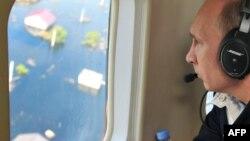 Владимир Путин осмотрел затопленные районы с борта вертолета