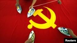 Peglanje kineske zastave u jednoj od fabrika u blizini Pekinga