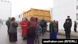 """""""Parahat-7"""" mikroraýonynyň ýaşaýjylary ýene köçä çykdylar, Aşgabat, 30-njy noýabr, 2014."""