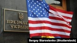 Американський та український прапори
