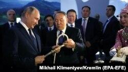Президент России Владимир Путин (слева) и Нурсултан Назарбаев в бытность президентом Казахстана (второй слева) во время визита российского лидера в город Петропавловск на севере Казахстана. 9 ноября 2018 года.