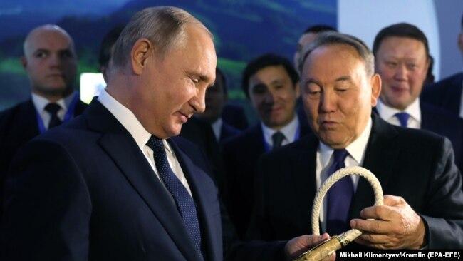 رەسەي پرەزيدەنتى ۆلاديمي پۋتين مەن سول كەزدەگى قازاقستان پرەزيدەنتى نۇرسۇلتان نازارباەۆ ءپۋتيننىڭ قازاقستانعا ساپارى كەزىندە. پەتروپاۆل، 9 قاراشا 2018 جىل.