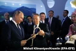 Қазақстан президенті Нұрсұлтан Назарбаев және Ресей президенті Владимир Путин Петропавл қаласында өткен туристік көрмеде. 9 қараша 2018 жыл.