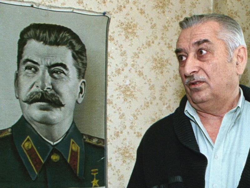 Wnuk Stalina z portretem dziadka