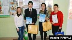 Бәләбәй татар гимназиясе укучылары укытучылары белән.