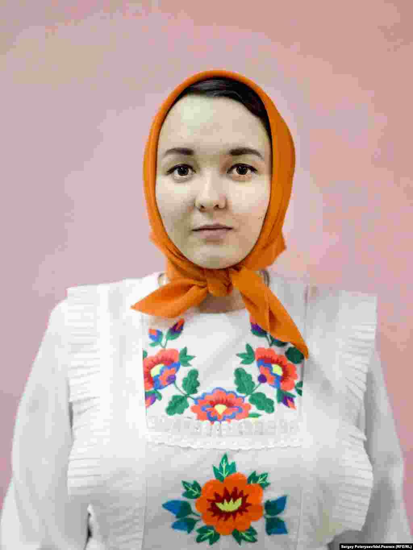 """Мочалова Наташа, 19 лет, студентка """"Я на 100% марийка, но моя семья православная, хотя бабушка продолжает соблюдать некоторые обряды. Я живу в Марий Эл, и это для меня важно. Даже стыдно за тех марийцев, которые стесняются и называют себя русскими""""."""