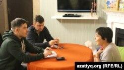 Телеведущая и руководитель благотворительного фонда «ДОМ» Аружан Саин с журналистами Вячеславом Половинко (на дальнем плане) и Петром Троценко. 27 октября 2016 года.