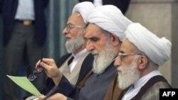 (از راست) احمد جنتی، آیتالله واعظ طبسی و محمدتقی مصباح یزدی در مجلس خبرگان