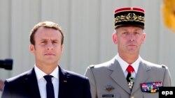 Макрон (зьлева) з начальнікам генштабу Францыі Франсуа Лекуантрам