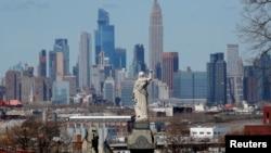 Вид с кладбища «Линден-Хилл» в Нью-Йорке на Манхэттен. 6 апреля 2020 года.
