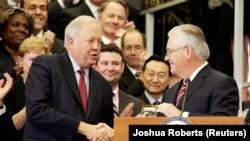 رکس تیلرسون - راست - وزیر خارجه آمریکا از خدمات تام شانون - چپ - تقدیر کرده است