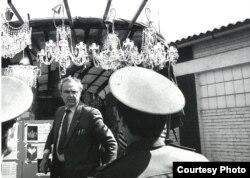 Продажа люстр у входа на советскую военную базу