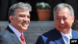 Turkish President Abdullah Gul (left) meets with Kyrgyz President Kurmanbek Bakiev in Bishkek.