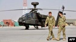 Ауғанстандағы Батыс елдерінің әскери базасында британ ханзадасы Гарри (сол жақта) Apache вертолетін көріп жүр. 7 қыркүйек 2012 жыл. (Көрнекі сурет)