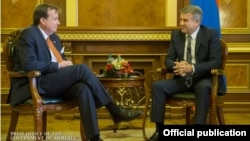 Armenia - Prime Minister Karen Karapetian (R) meets with U.S. Ambassador Richard Mills in Yerevan, 4Oct2016.