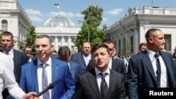 Президент Украины Владимир Зеленский и члены его команды направляются в президентскую администрацию