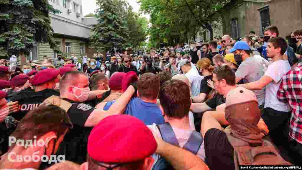 За свідченнями активістів, поліція застосувала силу