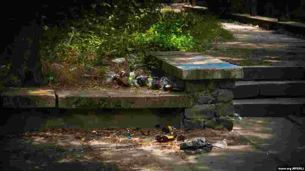 Парапеты на набережной накапливают кучи мусора