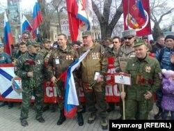 Участники отрядов «самообороны Севастополя» в строю на улице Ленина, 23 февраля 2015 года