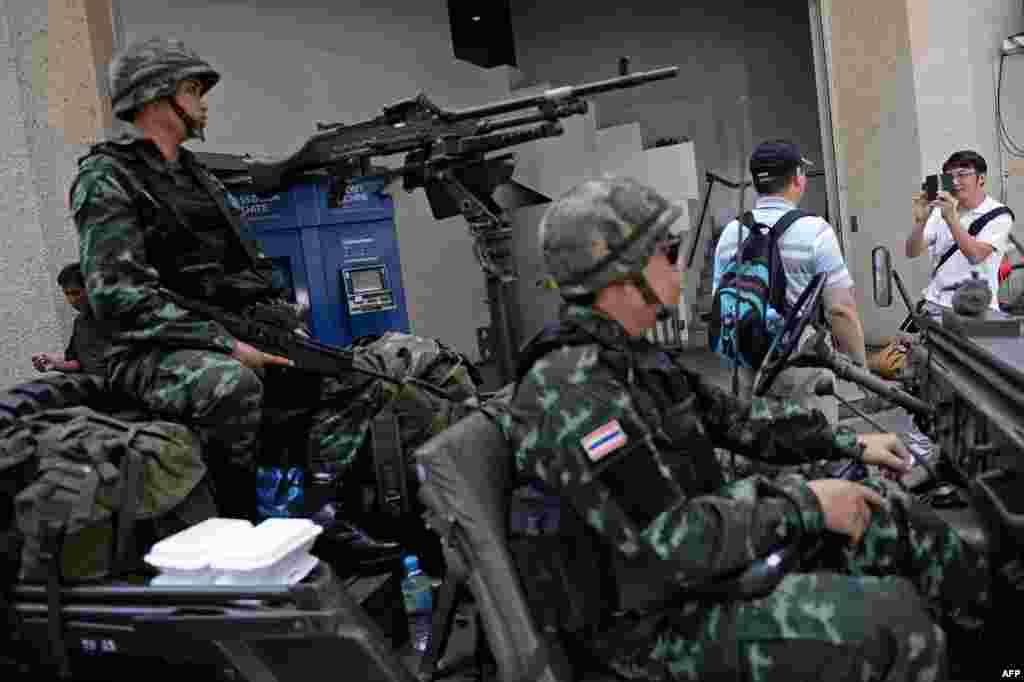 20 мая армия Таиланда объявила о введении в стране военного положения, объяснив это необходимостьюусиления мер безопасности населения на фоне продолжающихся антиправительственных выступлений и беспорядков.С ноября прошлого года, когда начались протесты, от насилия погибли около 30 человек. 22 мая военные заявили о перевороте и пообещали провести в стране реформы. На фото: тайские солдаты на одной из улиц Бангкока, 20 мая 2014 года.