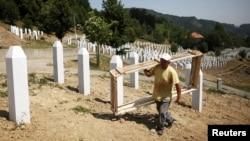 На цвинтарі в Поточарі готують нові могили, фото 7 липня 2012 року