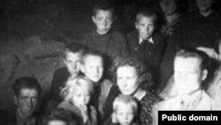 Депортируемые в Сибирь литовцы в вагоне поезда.
