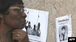 پوسترهایی علیه حضور محمود احمدی نژاد در دانشگاه کلمبیا از سوی معترضین بر در و دیوار این دانشگاه چسبانده شده است.