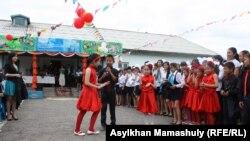 Ученики средней школы в селе Кайназар на прощальной линейке 25 мая 2013 года.