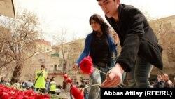 Студенты возлагают цветы, в память о жертвах теракта