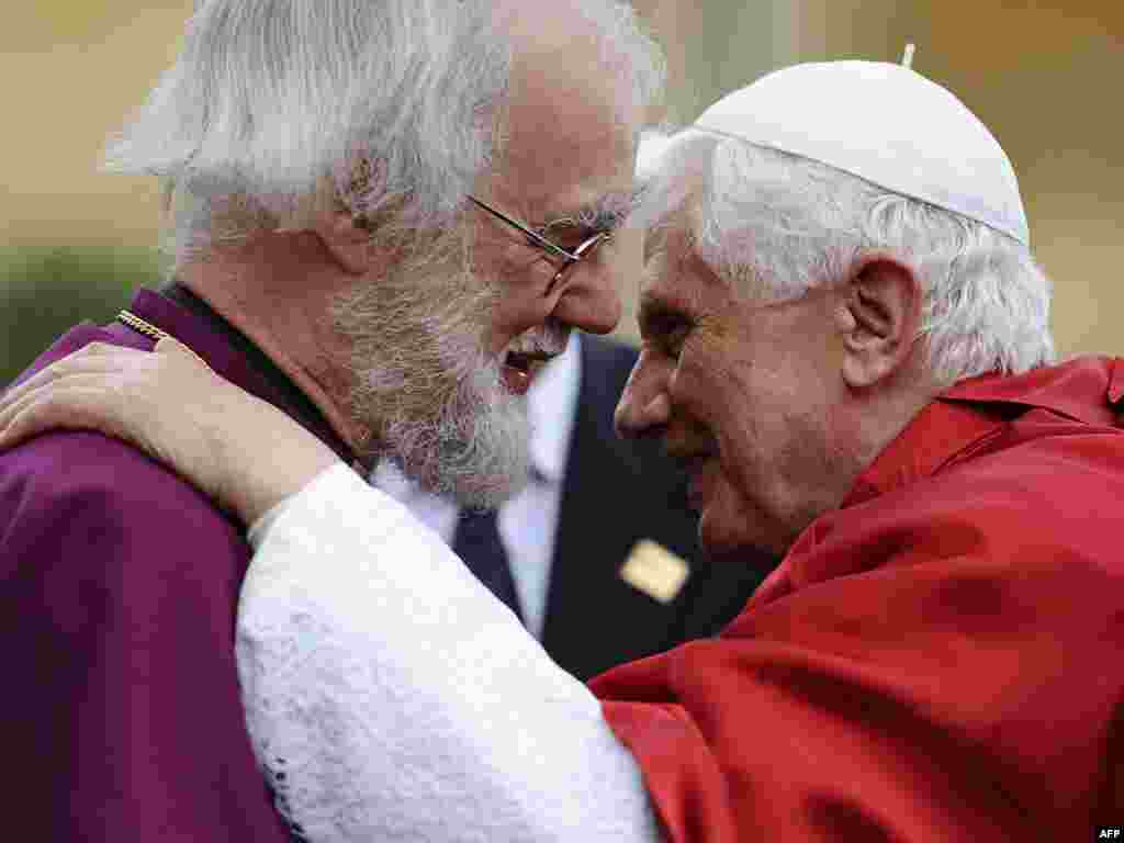 The archbishop of Canterbury, Rowan Williams (left), greets Pope Benedict at Lambeth Palace in central London on September 17, 2010.