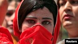 یو مخنث په پېښور کې د احتجاج پر مهال (۲۰۱۰ز کال)