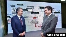 Президент Узбекистана Шавкат Мирзияев (слева) с олигархом Азамом Аслановым, который в мае 2019 года выкупил Ферганский НПЗ.