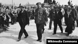 Зь ідэі Луначарскага і Леніна (па цэнтры) у СССР лацінізавалі большасьць моў