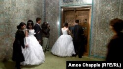 Молодожены в ожидании церемонии бракосочетания в Хиве, городе в Узбекистане.