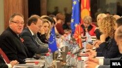 Известувачот во ЕП Ричард Ховит на седница на собранискиот Национален совет за евроинтеграции.
