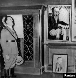 آدولف هیتلر تابلوهایی را که برای «نمایش آثار منحط» جمعآوری شده تماشا میکند