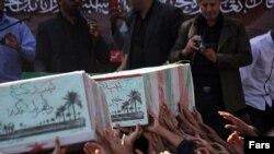 مراسم خاکسپاری بقایای کشتهشدگان ناشناس جنگ ایران و عراق (عکس از آرشیو)