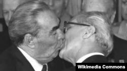 Знаменитый поцелуй Леонида Брежнева и Эриха Хонеккера