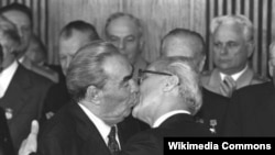 Leonid Brezhnev and Erich Honecker kiss