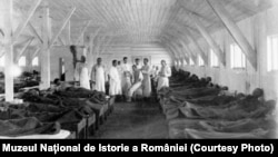 Salon de spital în timpul Primului Război Mondial. (Sursa: Expoziția Marele Război, 1914-1918, Muzeul Național de Istorie a României, http://www.marelerazboi.ro/razboi-catalog-obiecte/item/salon-de-spital-din-marele-razboi)