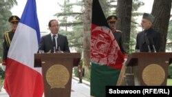 Президенти Франції та Афганістану перед президентським палацом у Кабулі, 25 травня 2012 року