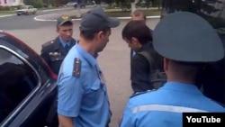 Міліцыянты затрымліваюць журналіста Аляксандра Баразенку.
