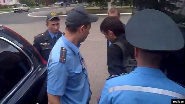 Belarusian policеmen detain journalist near city of Svetlahorsk, 31May20120
