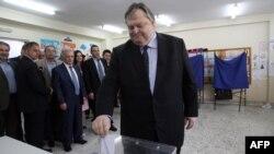 Греция: Социалистик партия лидери Евангелос Венизелос Тессалоника шаҳридаги сайлов участкасида овоз бермоқда.