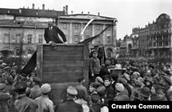 Ленин говори пред войници на Червената армия в Москва, преди да тръгнат на запад, за да се бият с поляците.