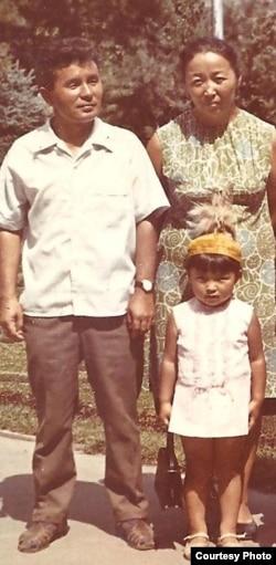 Өмүркул Караев, жубайы Кымбат Акмолдоева жана кызы Динара. 1970-жылдар.