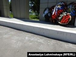 """Стихийная """"игровая зона"""" рядом с воинским мемориалом в Балашове"""