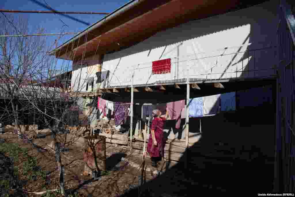Пожилая чета живет вместе с семьей своего младшего сына в этом доме. Старший и средний сыновья Толегена и Олмес Жураевых живут неподалеку.