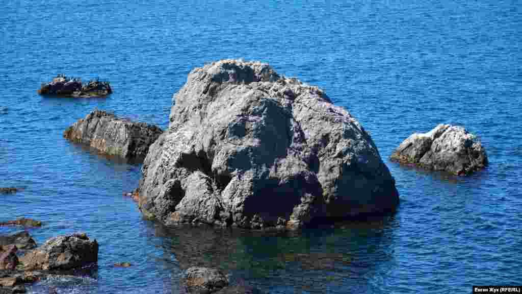 Мальовничі скелі в морі – одна з визначних пам'яток бухти Ласпі