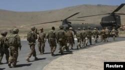 Солдаты НАТО садятся в вертолет после церемонии передачи контроля над безопасностью в стране. Кабул, 18 июня 2013 года.